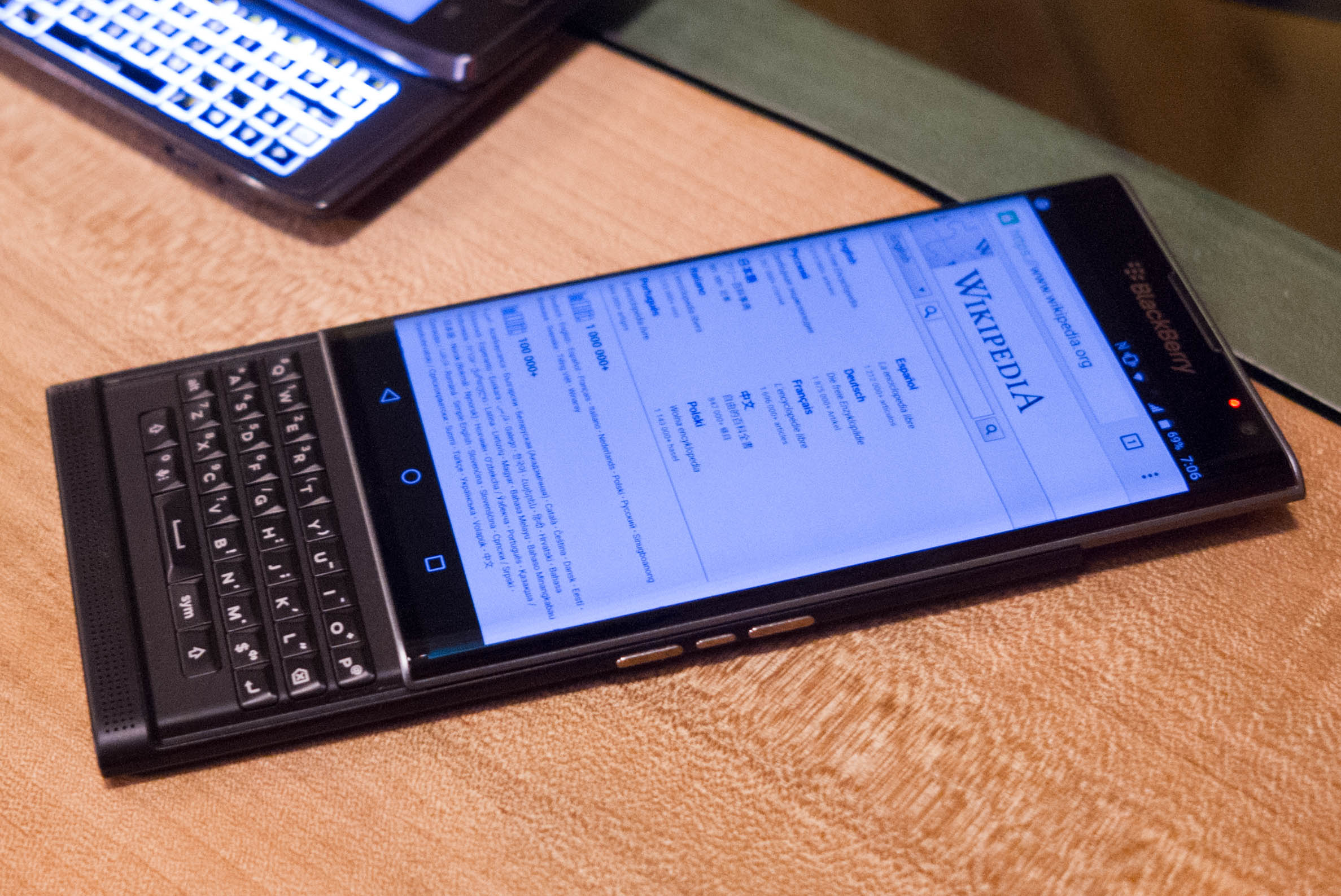 Final full keyboard BlackBerry spy photos are really beautiful